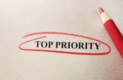 Círculo del rojo del principal prioridad Fotos de archivo libres de regalías