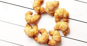 Círculo dos croissant saborosos video estoque