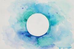 Círculo estilizado de la acuarela en colores azules en un fondo texturizado blanco watercolor Foto de archivo