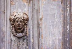 Círculo exterior do metal da aldrava de porta do vintage em uma porta de uma construção antiga em Catania, Sicília, Itália foto de stock