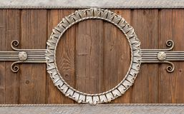 Círculo forjado em uma parede de madeira imagem de stock royalty free