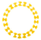 Círculo hecho fuera del farfalle de los macarrones aislado en blanco Fotografía de archivo libre de regalías