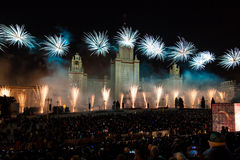 Círculo internacional del festival de Moscú de la luz Demostración pirotécnica de los fuegos artificiales en universidad de estad Fotos de archivo