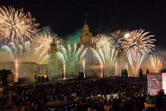 Círculo internacional del festival de Moscú de la luz Demostración pirotécnica de los fuegos artificiales en universidad de estad Imágenes de archivo libres de regalías