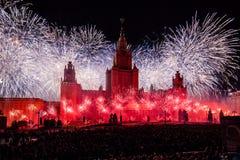 Círculo internacional del festival de Moscú de la luz Demostración pirotécnica de los fuegos artificiales en universidad de estad Foto de archivo