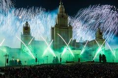 Círculo internacional del festival de Moscú de la luz Demostración pirotécnica de los fuegos artificiales en universidad de estad Foto de archivo libre de regalías