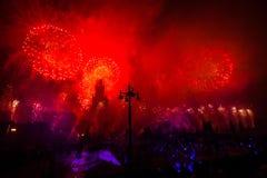 Círculo internacional do festival de Moscou da luz Mostra pirotécnica dos fogos-de-artifício na universidade estadual de Moscou Foto de Stock Royalty Free