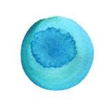 Círculo profundo del azul de cielo de la acuarela con los bordes desiguales aislados en el fondo blanco Pintado alrededor de la t stock de ilustración