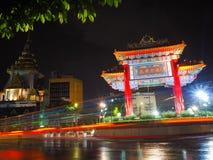Círculo rápido de Odeon del paso del coche cerca de la ciudad de China en Tailandia Coche ligero de mudanza imagen de archivo