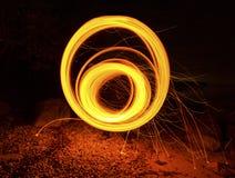 Círculo redondo del fuego largo de la exposición que hipnotiza el giro Imágenes de archivo libres de regalías