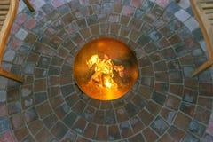 Círculo vermelho do emplastro com bacia e fogueira de fogo foto de stock