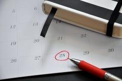 Círculo vermelho marcado na data 28 foto de stock