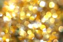 Círculos amarelos e brancos do bokeh borrado dourado do fundo, glitte fotos de stock royalty free
