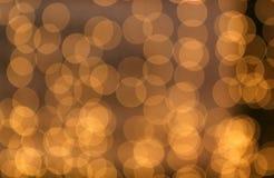 Círculos amarelos transparentes borrados textura do fundo marrom foto de stock royalty free