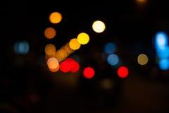 Círculos brillantes de las farolas en la foto defocused del stre de la noche Imagen de archivo