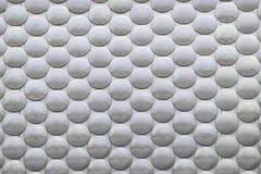 Círculos cinzentos em uma superfície da prata Fotos de Stock