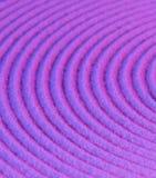 Círculos concêntricos na areia roxa foto de stock