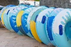 círculos da água para corrediças de água rodas infláveis para a descida de alta velocidade das corrediças fotografia de stock