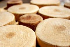 Círculos de madera aserrados. Imagen de archivo libre de regalías