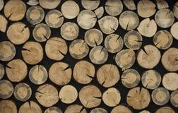 Círculos de madera en un fondo negro Imagen de archivo