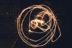 Círculos dibujados hacia fuera usando una bengala foto de archivo libre de regalías