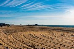 Círculos en la arena en una playa vacía foto de archivo libre de regalías