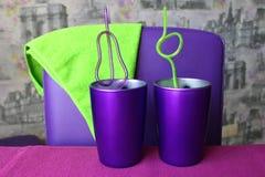Círculos púrpuras en la tabla con los tubos para el cóctel imágenes de archivo libres de regalías