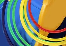 Círculos plásticos coloridos em um campo de jogos para crianças imagens de stock