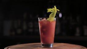 cóctel alcohólico de la Listo-a-bebida en la barra metrajes