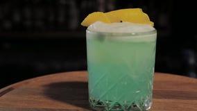 cóctel alcohólico de la Listo-a-bebida en la barra almacen de video