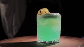 cóctel alcohólico de la Listo-a-bebida en la barra almacen de metraje de vídeo