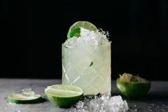 Cóctel alcohólico del verano con el hielo machacado adornado con las cales Fotos de archivo libres de regalías