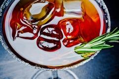 Cóctel alcohólico dulce con hielo Fotos de archivo libres de regalías
