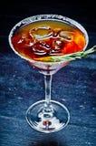 Cóctel alcohólico dulce con hielo y una puntilla del romero Imágenes de archivo libres de regalías