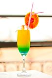 Cóctel alcohólico en un vidrio con las decoraciones al borde de la tabla Fotos de archivo