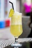 cóctel amarillo con la rebanada de limón Fotos de archivo