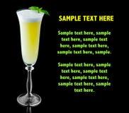 Cóctel amarillo del alcohol con la albahaca verde fresca aislada en negro imagen de archivo