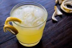 Cóctel amarillo del pájaro con el limón Imagen de archivo libre de regalías