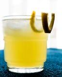 Cóctel amarillo del pájaro con el limón Imágenes de archivo libres de regalías