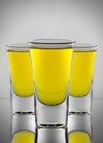 Cóctel amarillo tres en tres copas Fotografía de archivo