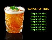 Cóctel anaranjado del alcohol con la menta fresca aislada en negro Fotografía de archivo libre de regalías