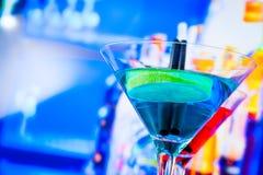 Cóctel azul y rojo con el fondo de la barra del salón con el espacio para el texto Fotografía de archivo libre de regalías