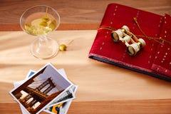 Cóctel blanco del vermú con las fotos del viajero NY Fotos de archivo libres de regalías
