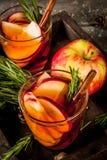 Cóctel caliente con la manzana, romero, canela Fotografía de archivo libre de regalías