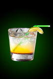 Cóctel con el jugo de la vodka y de limón Imágenes de archivo libres de regalías