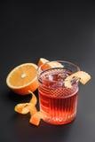 Cóctel con el whisky, el ron, y las naranjas en el fondo Fondo negro Imágenes de archivo libres de regalías