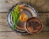 Cóctel con encendido una cáscara de naranja en una bandeja de plata, top del whisky VI Fotografía de archivo
