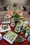 Cóctel con la variedad de postres y de comida adornados en el SP fotografía de archivo