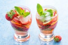 Cóctel con las fresas y la fruta cítrica frescas en vidrios Fotos de archivo libres de regalías