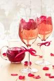 Cóctel con los pétalos color de rosa Fotografía de archivo libre de regalías